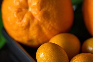 Oranges with tangerins in close-up