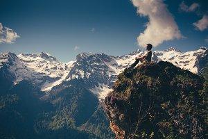 Photo man traveler with mountains.