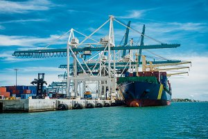 Large container vessel unloaded