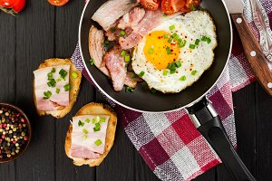 Fried eggs with ham and tomatoes