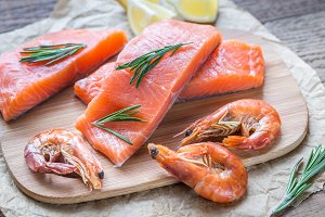 Raw salmon with shrimps