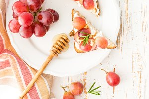 Toasts with goat cheese, grapes, nuts and honey
