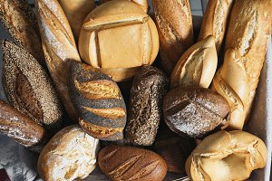 Many mixed breads and rolls.