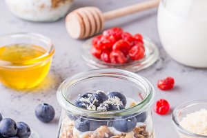 jars of oat flakes with fresh fruit