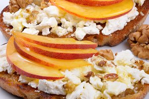 Sandwich with ricotta and peach