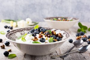 Quark with blueberries, pistachios and mint