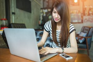 woman at the cafe with a laptop