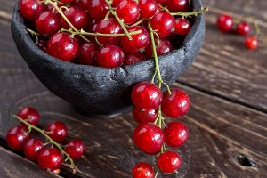 Red currant in ceramic bowl