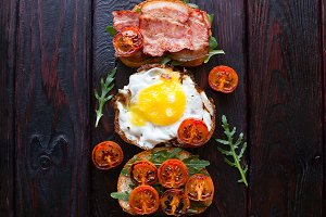 sandwiches with egg and bacon