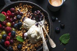 Oat granola crumble & fresh berries