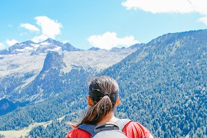 woman with backpack looking mountain