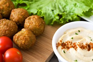Falafels, lettuce and hummus