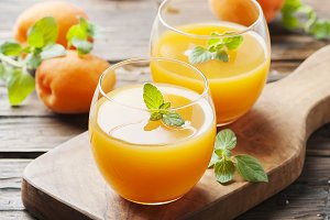 Apricot juice with mint