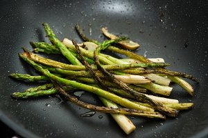 Grilled green asparagus with lime
