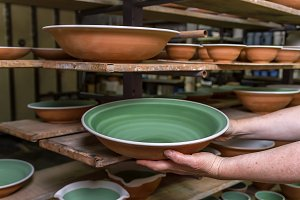 Ceramist workshop: sorting plates