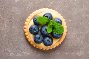 Tartlet filled with lime curd and blueberries