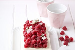 Cake with fresh raspberries