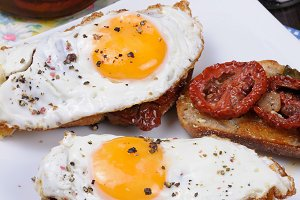 Sandwich with dried tomatoes and egg