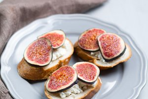 Bruschetta with figs and cheese