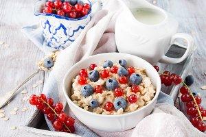 Porridge with summer berries