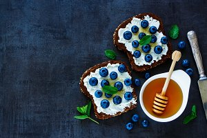 Ricotta and blueberries sandwiches