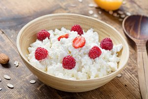 Cottage cheese with raspberries