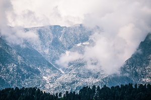 snow peaks in himalayan mountains