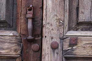 Puerta vieja y picaporte