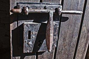 Puerta vieja con cerradura antigua