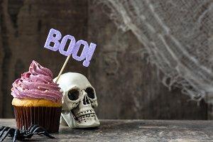 Halloween cupcake and skull