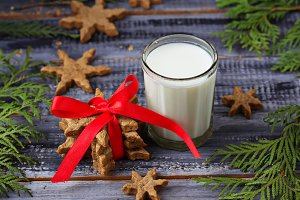 Milk and gingerbread cookies.