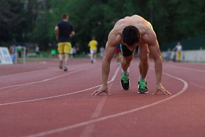runner start position kneeling man