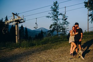 Photo beautiful couple in the mountains close angle