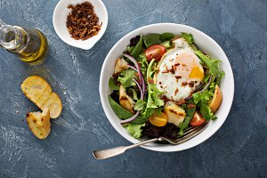 Breakfast salad with eggs and bacon