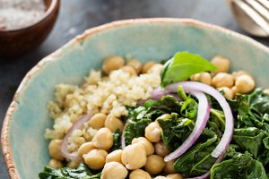 Warm salad with kale, chickpeas and quinoa