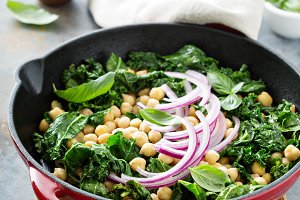 Sauteed kale with chickpeas and red onion