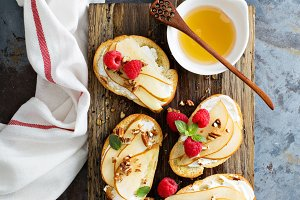 Pear bruschetta with cream cheese and honey