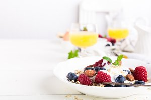 Oat flakes with fresh berries