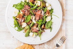 Salad with prosciutto and figs