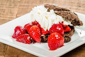 Strawberry chocolate cookie dessert