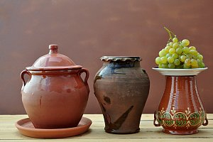 bbunch of grapes and clay pots