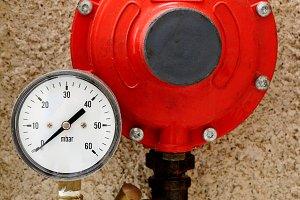 Manometer and pressure regulator