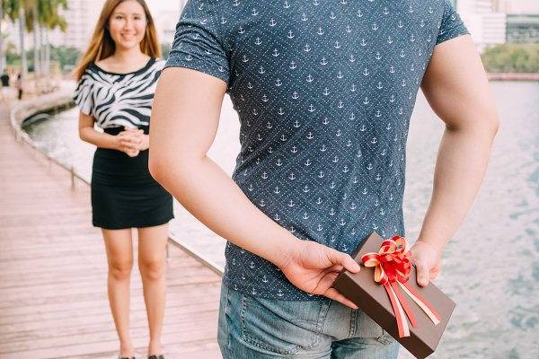 Man surprises his girlfriend by giv…