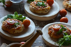 Table with minipizzas