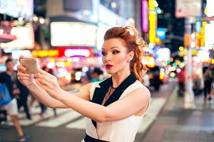 fashion blogger taking selfie