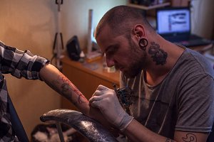 Tattooer is making scetch