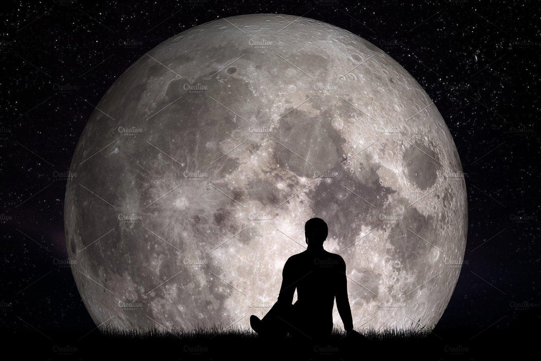 Resultado de imagen de man looking at the moon