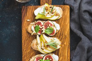 Crostini with fruits, cheese & herbs