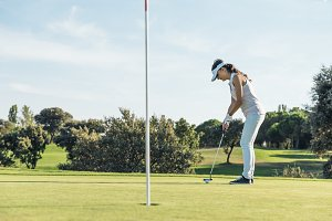 Woman golf player concentrating.