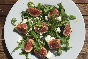 Goat cheese and figs salad